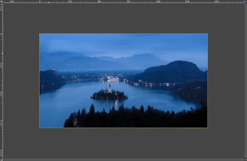 画像の読込み:青い景色の湖の中央に建つ教会