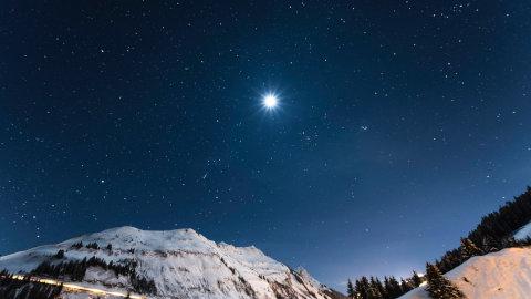 冬の夜空に輝く明るい星