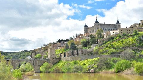 川の横に立つ城 スペイン